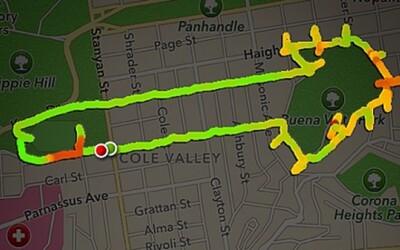 Kreatívna žena kreslí pohlavné údy pomocou bežeckej aplikácie Nike+
