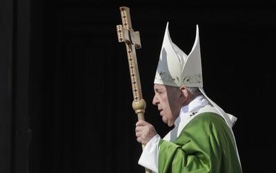 Křesťané mají morální povinnost pomáhat migrantům, řekl papež František během mše