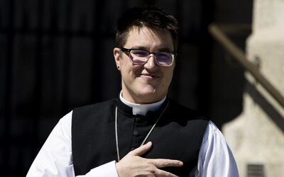 Křesťané mají prvního transgender biskupa. Jde o nebinární osobu