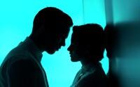 Kristen Stewart a Nicholas Hoult zažívajú zakázanú lásku budúcnosti pod dohľadom Ridleyho Scotta
