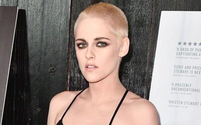 Kristen Stewart kompletně změnila svůj účes. Za nečekaně krátkým sestřihem však nestojí žádná hluboká pointa