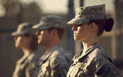 Kristen Stewart v novém traileru na film Camp X-Ray - Jak jí sedí role vězeňské dozorkyně?