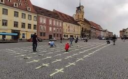 Kříže za oběti pandemie jsou na náměstích po celém Česku. Zapojit své město můžeš i ty