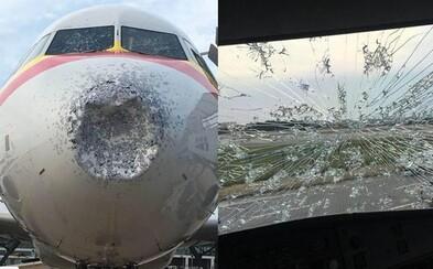 Krúpy zničili prednú časť lietadla aj so sklom natoľko, že stroj musel núdzovo pristáť. Cestujúcim na palube nebolo všetko jedno