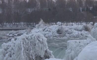 Krutá zima v Spojených štátoch amerických a Kanade sa postarala o to, že Niagarské vodopády čiastočne zamrzli