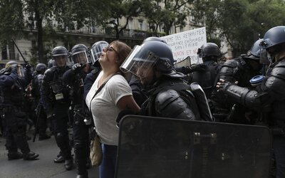 Krv aj slzný plyn: v Paríži zasahovalo 3 000 policajtov proti demonštrantom, ktorí odmietajú zvýhodňovanie zaočkovaných