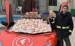 Kryptoměnový milionář rozhazoval z okna tisíce bankovek, lidé na ulici šíleli. Prý se cítil jako Bůh