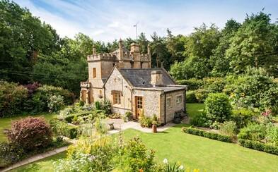 Kdo by nechtěl bydlet na hradě? Úžasná britská stavba s překrásnou zahradou může být tvá jen za cenu několika bytů