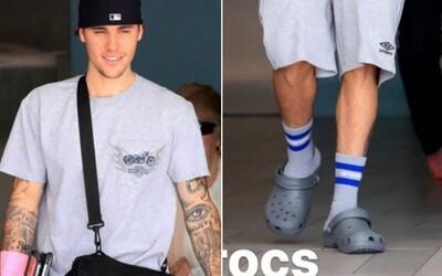 Ku Ariane Grande a Kanyemu Westovi sa pridáva Justin Bieber. Budú ponožky v Crocsoch hitom budúcnosti?