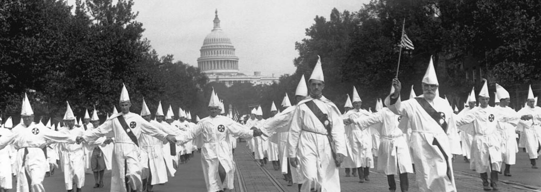Ku Klux Klan: Rasistická organizácia stojaca za terorom, znásilneniami a masovými popravami  tisícov Afroameričanov