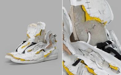 Ku zničeným džínsom si môžeš konečne obuť i podobne ladené tenisky. Margiela šokuje rozobratými topánkami za neuveriteľných 1000 €