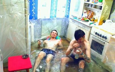 Kuchyňu premenili vďaka fólii na bazén! Ruskí chlapci vedia, ako sa v lete schladiť