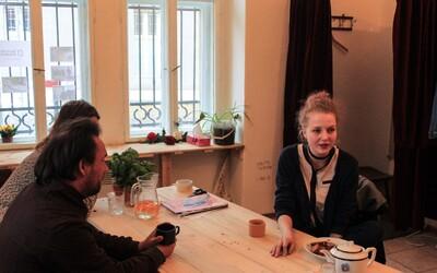 Kup si stylové oblečení přímo od lidí bez domova. Na pražském Žižkově vznikl multifunkční sekáč, kde si můžeš dát i kávu