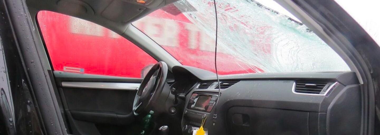 Kus ledu z protijedoucího auta prorazil čelní sklo řidiči na Mladoboleslavsku