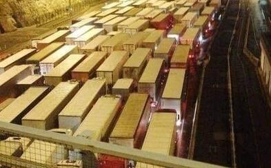 Kvôli mutácii Covid-19 uviazlo vo Veľkej Británii viac ako 1500 kamiónov: Vodiči tŕpnu v neistote, či sa do Vianoc dostanú domov