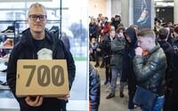 Kvôli novým teniskám Yeezy prišlo v Bratislave v daždi viac ako 150 ľudí, no uspelo len zopár z nich (Reportáž)