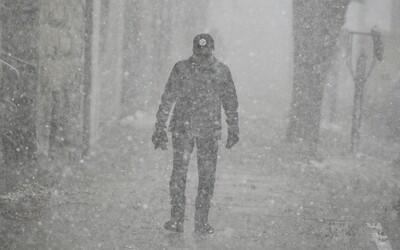 Kvôli silnému sneženiu vo Francúzsku zomrel človek. Viac ako 300-tisíc domácností je bez elektriny