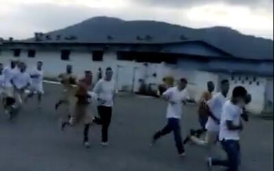 Kvůli koronaviru utekly z vězení stovky brazilských trestanců. Video ukazuje, jak prchají v obřím davu