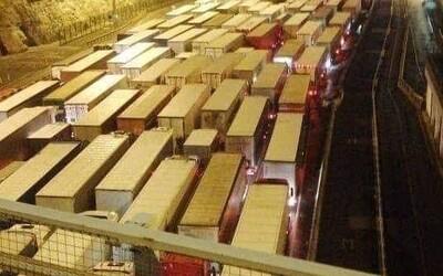 Kvůli mutaci covidu-19 uvízlo ve Velké Británii více než 1500 kamionů: Řidiči jsou v nejistotě, zda se do Vánoc dostanou domů