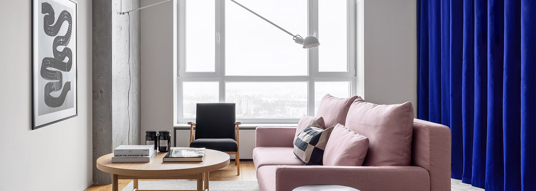 Kyjev odkrýva apartmán pre mladý pár, ktorému dominujú šikovné riešenia, otvorenosť priestorov a farebné akcenty
