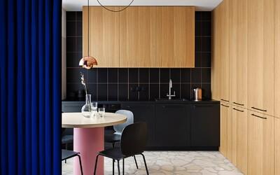 Kyjev odkrývá apartmán pro mladý pár, kterému dominují šikovná řešení, otevřenost prostor a barevné akcenty