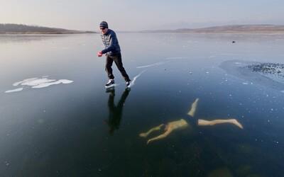 Kým sa kamarát korčuľoval na zamrznutom jazere, odvážny Jan plával priamo pod ním. Virálnu fotku zdieľali už tisíce ľudí