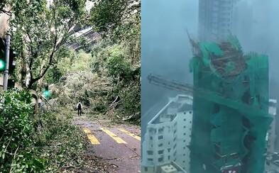 Kývu sa celé budovy a padajú kusy konštrukcií. Supertajfún Mangkhut spustošil Hongkong, Čínu aj Filipíny