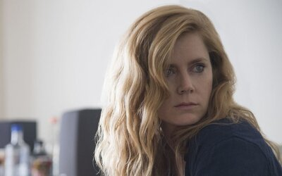 Labilná Amy Adams sa pri vyšetrovaní vrážd zapletie s temnými démonmi svojej minulosti. Znepokojivý trailer láka na ďalšiu seriálovú pecku