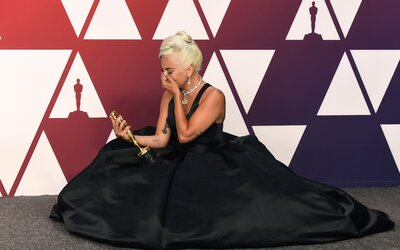 Lady Gaga je první osobou v historii, která během roku získala Oscara, Grammy, Zlatý glóbus a cenu BAFTA