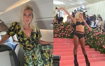 Lady Gaga se svlékla přímo na červeném koberci. Neholila jsem si 4 dny nohy, vtipkovala předtím na Instagramu