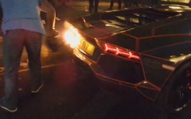Lamborghini Aventador v plameňoch! Po majiteľovom predvádzaní mu začal nečakane horieť nárazník