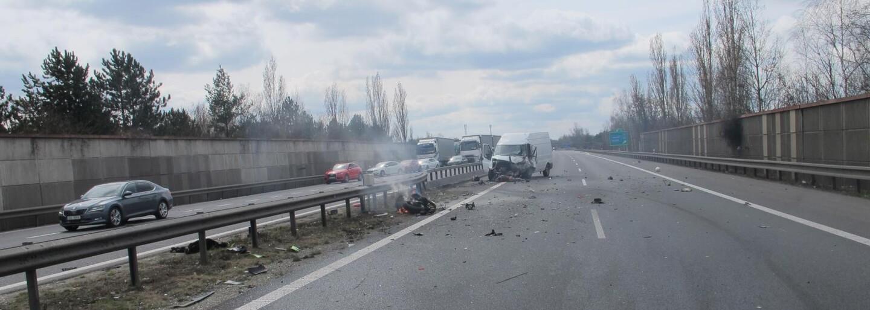 Léčba šokem: Němečtí policisté vytáhli z auta muže, který si natáčel nehodu. Ukázali mu mrtvolu