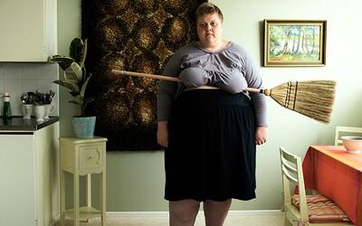 Legendárna pani s metlou pod prsiami sa vracia v podobe surrealistických selfies