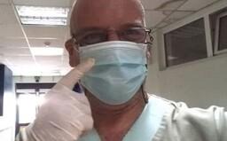 Lekár z Atén vyzýva popieračov koronavírusu, aby prišli do nemocnice bez rúška a sprevádzali ho počas celého dňa