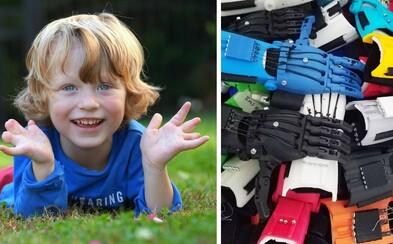 Teprve 5letý kluk vyrábí umělé ruce pro handicapované děti. Své návrhy tiskne na 3D tiskárně