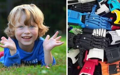 Len 5-ročný chlapec vytvára pre hendikepované deti umelé ruky. Svoje návrhy tlačí na 3D tlačiarni