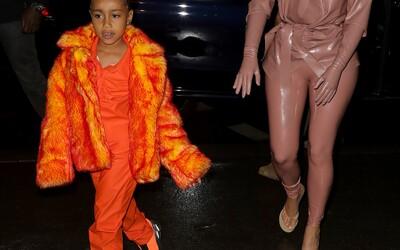 Len 6-ročná dcéra Kanyeho Westa a Kim Kardashian ovládla týždeň módy v Paríži