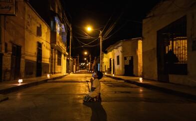 Len 6-ročný chlapček sa na kolenách modlil za skončenie pandémie. Dojímavá fotografia obletela svet