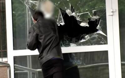 Len nedávno 16-ročný mladík sekerou rozbil na policajnom riaditeľstve okno a chcel drogy, teraz zaútočil na bývalku a policajta