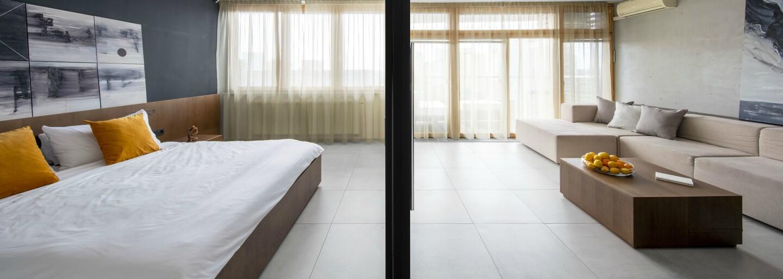 Len sklenená stena medzi obývačkou a spálňou. Domáci architekti búrajú stereotypy o bývaní