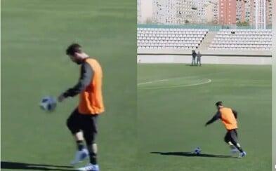 Leo Messi dal bez problémov jasličky reportérovi zo vzdialenosti takmer 50 metrov