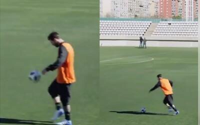 Leo Messi dal bez problémů jesličky reportérovi ze vzdálenosti téměř 50 metrů