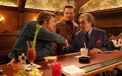 Leonardo DiCaprio, Brad Pitt a Margot Robbie vtipkují v debutovém traileru tarantinovky Once Upon a Time in Hollywood