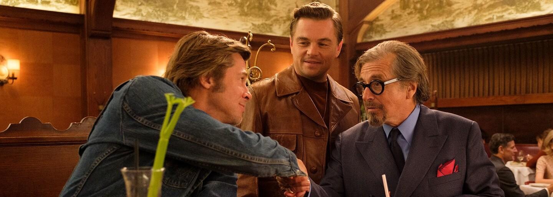 Leonardo DiCaprio, Brad Pitt a Margot Robbie vtipkují v debutovém traileru tarantinovky Once Upon a Time in Hollywood