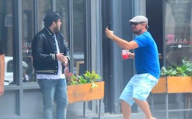 Leonardo DiCaprio si na ulici vystrelil z Jonaha Hilla. Pribehol k nemu, akoby bol bláznivý fanúšik túžiaci po záberoch