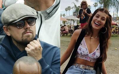 Leonardo DiCaprio zabavil ľudí na Coachelle svojím tragickým maskovaním. Pozornému oku fanúšikov neušla ani krásna modelka po jeho boku