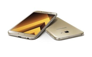 Lepšie fotoaparáty, odolnosť voči vode aj elegantnejší šmrnc. Samsung prináša vynovený Galaxy A3 a Galaxy A5