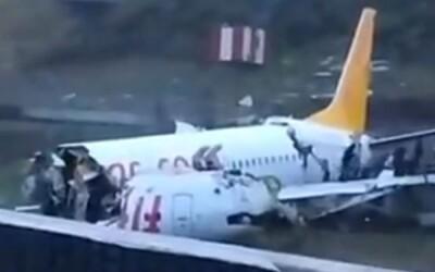 Letadlo se během přistávání v Istanbulu rozlomilo na tři části. Na palubě se nacházelo 177 pasažérů