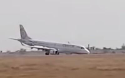 Letadlu se při přistání nevysunul podvozek. V děsivém videu vráží stroj plný pasažérů do země
