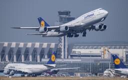 """Letecká spoločnosť Lufthansa končí s oslovením """"dámy a páni"""". Na palube chce používať rodovo neutrálne uvítanie"""